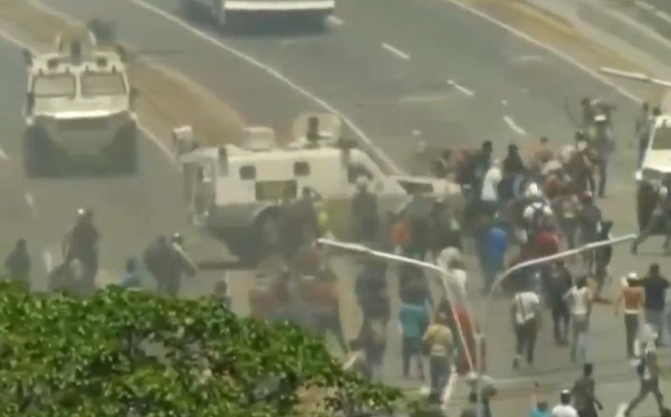 tanquetas-ejercito-maduro-atropellaron-manifestantes_102_60_1348_839